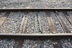Gamla järnvägspår med solsken som glimmar på stängerna royaltyfria bilder