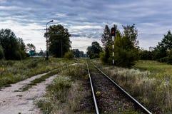 Gamla järnvägsspår och grus som leder in i det oändliga avståndet med den selektiva fokusen fotografering för bildbyråer
