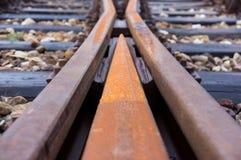 Gamla järnvägsspår på en föreningspunkt arkivbild