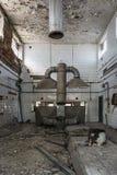 Gamla kökhuvar i övergett industriellt kök fotografering för bildbyråer