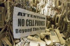 Gamla kabeltelefoner som hänger från väggen Fotografering för Bildbyråer