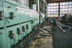 Gamla kabinetter med utrustning i en övergiven fabrik arkivfoton