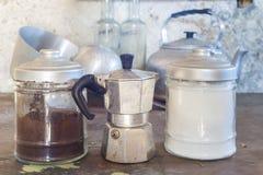 Gamla kaffekanna och cans Royaltyfria Foton
