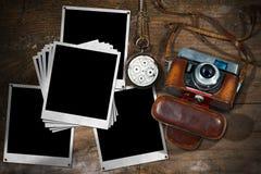 Gamla kamera- och ögonblickfotoramar royaltyfri foto