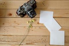 Gamla kamera och vitböcker Royaltyfri Bild