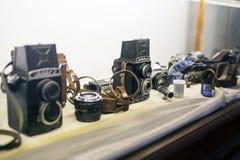 Gamla kameror, linser och filmer Royaltyfri Fotografi