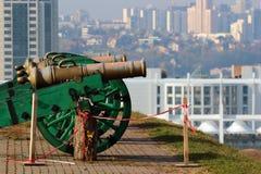 Gamla kanoner i den Kyiv fästningen Arkivbild