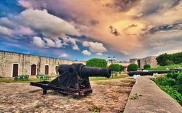 Gamla kanoner inom spanskt fort Arkivfoto