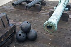 Gamla kanoner och cannonballs i ett fort Arkivbild