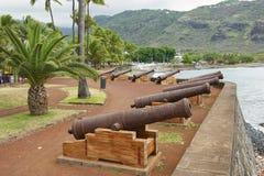 Gamla kanoner på havssidan av Stet Denis De La Möte, huvudstad av den franska utländska regionen och avdelningen av mötet Royaltyfri Bild