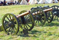 Gamla kanoner på stridfältet Arkivbilder