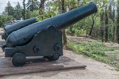 Gamla kanoner på trävagnar och defensiva fortkärnor museum arkivbild