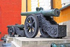 Gamla kanoner som i rad sätts i MoskvaKreml Rome Italien, Europa Royaltyfri Foto