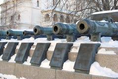 Gamla kanoner som visas i MoskvaKreml Lokal för Unesco-världsarv Royaltyfri Foto