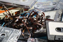 Gamla kassettband på kulör bakgrund Royaltyfri Foto