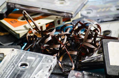 Gamla kassettband på kulör bakgrund Royaltyfria Foton