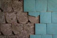 Gamla keramiska golvtegelplattor som faller av Arkivbilder