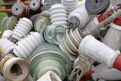 Gamla keramiska isolatorer i ett föråldrat material för gammal förrådsplats Fotografering för Bildbyråer