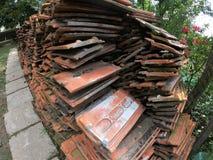 Gamla keramiska taktegelplattor återställde efter rivningen av en byggnad royaltyfria foton