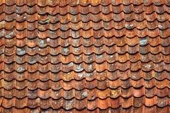 Gamla keramiska tegelplattor på ett tak arkivfoton