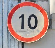 Gamla kilometer för hastighet to10 för trafiktecken begränsande per timme Fotografering för Bildbyråer