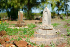 Gamla kinesiska allvarliga gravstenar som överges på Kauai Royaltyfri Bild