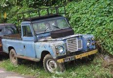 Gamla kläder och reva Land Rover Royaltyfria Bilder