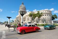 Gamla klassiska bilar bredvid Kapitolium i i stadens centrum havannacigarr Royaltyfria Bilder