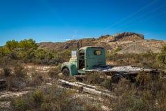 Gamla klassiska bilar och lastbilar Arkivbilder