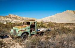 Gamla klassiska bilar och lastbilar Arkivfoto