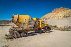Gamla klassiska bilar och lastbilar Arkivbild