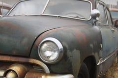 Gamla klassiska bilar som bort rostar royaltyfri fotografi