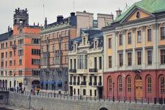Gamla klassiska byggnader i centrala Stockholm nära Gamla Stan, den gamla staden av Stockholm i Sverige Royaltyfria Bilder
