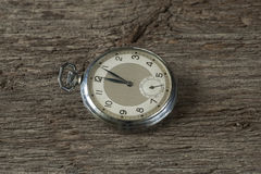 Gamla klockor på den gamla tabellen Arkivbilder