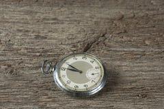 Gamla klockor på den gamla tabellen Fotografering för Bildbyråer