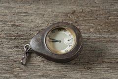 Gamla klockor på den gamla tabellen Arkivfoto