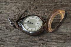 Gamla klockor på den gamla tabellen Royaltyfri Foto