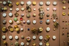 Gamla klockor på skärm i museum royaltyfria foton