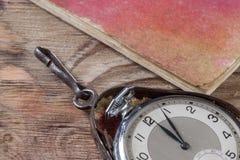 Gamla klockor på tabellen Royaltyfri Bild