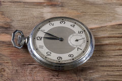 Gamla klockor på tabellen Arkivbilder