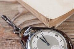 Gamla klockor på tabellen Fotografering för Bildbyråer