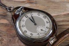 Gamla klockor på tabellen Royaltyfria Foton