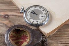 Gamla klockor på tabellen Arkivfoto