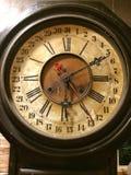 Gamla klockor på tegelstenväggen Arkivbilder