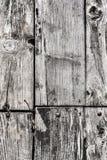 Gamla knöt ruttna spruckna golvtiljor med Rusty Nails och Roun Royaltyfri Foto