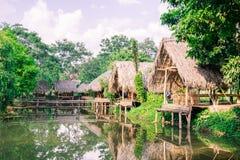 Gamla kojor och högar av sugrör och trä var de bodde fiskare Royaltyfri Bild