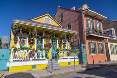 Gamla koloniinvånarehus på gatorna av den franska fjärdedelen dekorerade för Mardi Gras i New Orleans, Louisiana arkivfoton