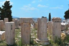Gamla kolonner från akropolen på Aten i Grekland royaltyfria foton