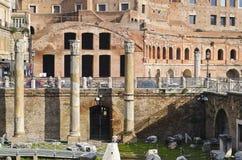Gamla kolonner i Roman Forum i Rome Arkivfoto