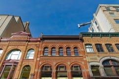 Gamla kontorsbyggnader med blå himmel Royaltyfri Foto